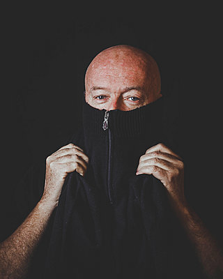 Bald man's portrait - p445m1527825 by Marie Docher