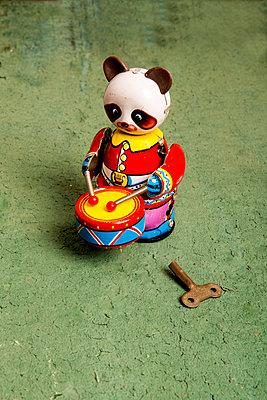 Blechspielzeug - p451m1040568 von Anja Weber-Decker