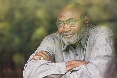 Pensive Black man behind window - p555m1304971 by Roberto Westbrook
