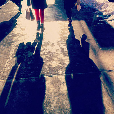 Rear View of Two People Walking on Sidewalk, New York City, New York, USA - p694m2218949 by Spencer Jones