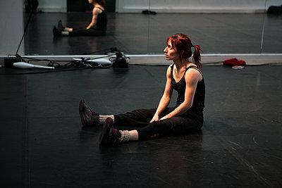 Artiste de cirque en résidence, un moment de réflexion - p927m2196171 by Florence Delahaye