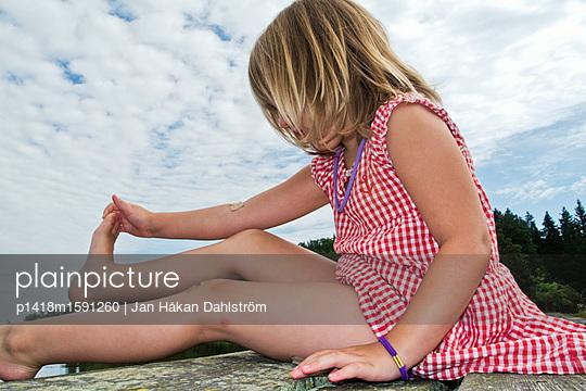 Little girl bending her foot  - p1418m1591260 by Jan Håkan Dahlström