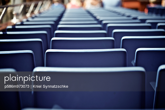 Sitzplätze auf einer Fähre - p586m973073 von Kniel Synnatzschke