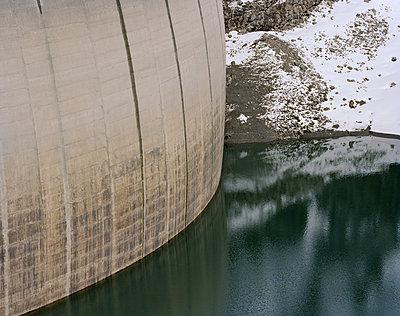Dam in winter, French Alps - p1216m2178859 von Céleste Manet