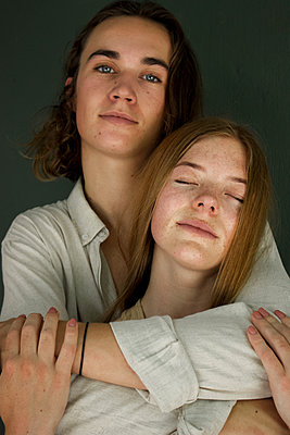 Teenage couple in love, portrait - p1640m2245816 by Holly & John