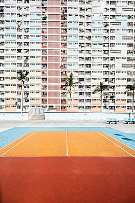 Hong Kong, Choi Hung, sports field in front of an apartment block - p300m2069677 by Daniel Waschnig Photography
