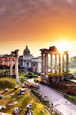 Italy, Rome, Colosseum and Roman Forum at sunrise - p651m2006156 by Maurizio Rellini