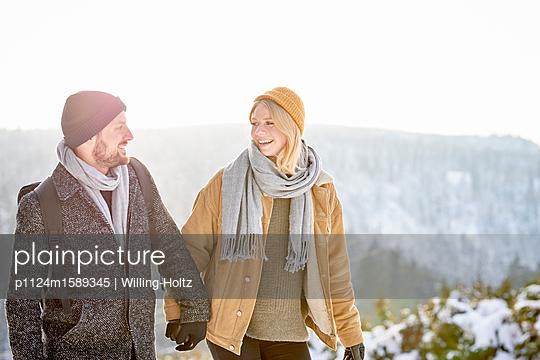 Junges Paar macht einen Winterspaziergang - p1124m1589345 von Willing-Holtz