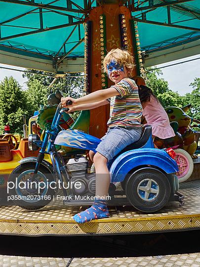 Kleiner Junge auf dem Karussel - p358m2073166 von Frank Muckenheim