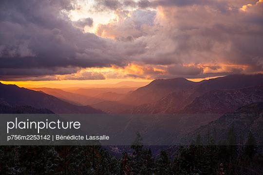 Yosemite-Nationalpark, Sonnenuntergang, dramatischer Himmel, Kalifornien - p756m2253142 von Bénédicte Lassalle