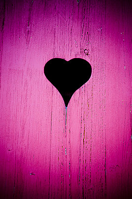 Heart shape in a pink door - p248m853973 by BY