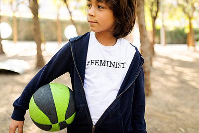 BARCELONA SPAIN, THE FUTURE IS FEMALE, KIDS FUTURE FEMINIST OUTDOOR BARCELONA  - p300m2167070 von Valentina Barreto