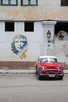 Che Guevara Portrait with vintage car  - p304m1092304 by R. Wolf