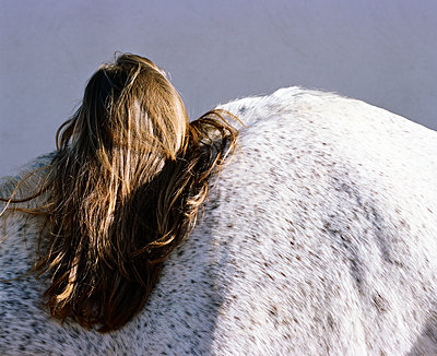 Horse and woman with brown hair - p453m2157640 by Mylène Blanc