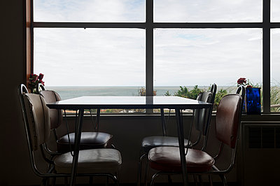 Fensterplatz mit Meerblick - p470m1573203 von Ingrid Michel