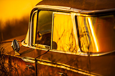 Vintage car parked outdoors - p555m1459346 by Chris Clor