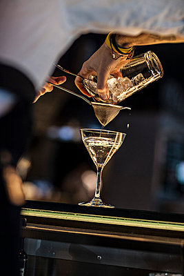 Barkeeper mixing a Cocktail - p567m667567 by Philippe Levy