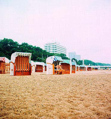 Beine im Strandkorb - p858m1508335 von Lucja Romanowska