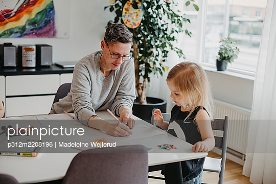 Woman with daughter at table - p312m2208196 by Madeleine Wejlerud