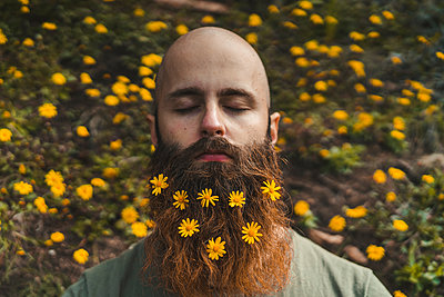 Young man with flowers on brown beard - p300m2298813 by VITTA GALLERY