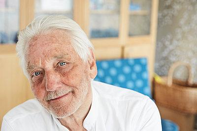 Portrait of senior man in hospital - p426m1494058 by Maskot