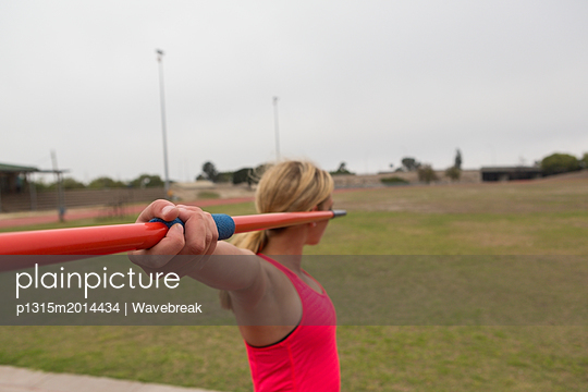 plainpicture - plainpicture p1315m2014434 - Female athlete practicing j... - plainpicture/Wavebreak