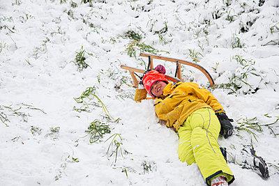 Boy has fallen from his sledge - p1231m2253048 by Iris Loonen