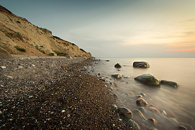 Large stones on a pebble beach at the Baltic Sea in the evening mood, Wustrow, Darss, Mecklenburg Vorpommern, Germany - p1316m1202889 by Christoph Olesinski