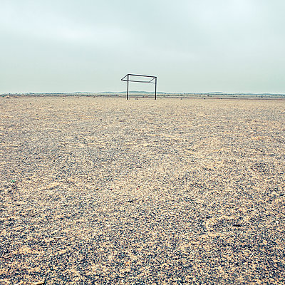 Soccer goal in the middle of a desert, Saudi Arabia - p1542m2142307 by Roger Grasas
