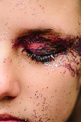 Glitter on the eyelid - p1621m2228788 by Anke Doerschlen