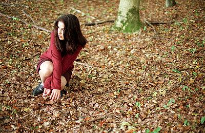 Zusammengekauert im Wald - p4470274 von Anja Lubitz