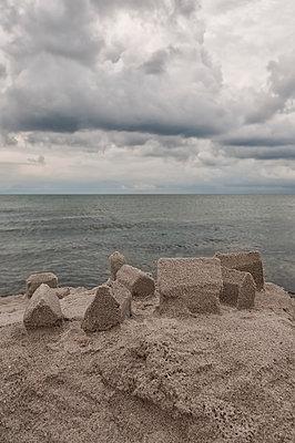 Auf Sand gebaut - p470m1165119 von Ingrid Michel
