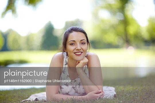 lächelnde Frau  - p1146m1162900 von Stephanie Uhlenbrock