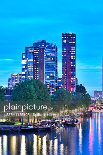 Abendstimmung am Hafen in Rotterdam - p587m1155105 von Spitta + Hellwig