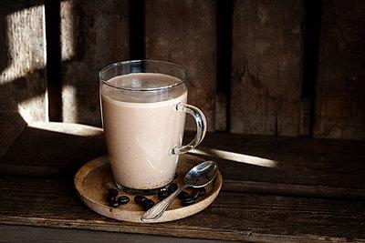 Glass of Smoothie with plant milk and espresso - p300m1581259 by Eva Gruendemann