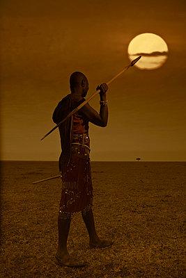 Man standing in Masai Mara Kenia - p7450064 by Reto Puppetti