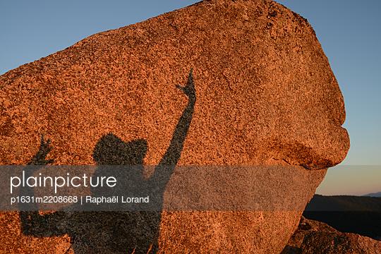 Schatten auf einem Felsen - p1631m2208668 von Raphaël Lorand