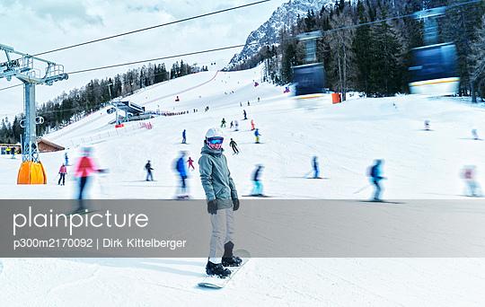 Matue woman snowboarding on ski slope - p300m2170092 by Dirk Kittelberger