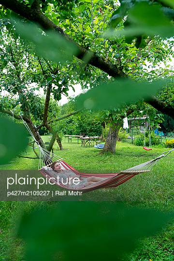 Woman in hammock - p427m2109227 by Ralf Mohr