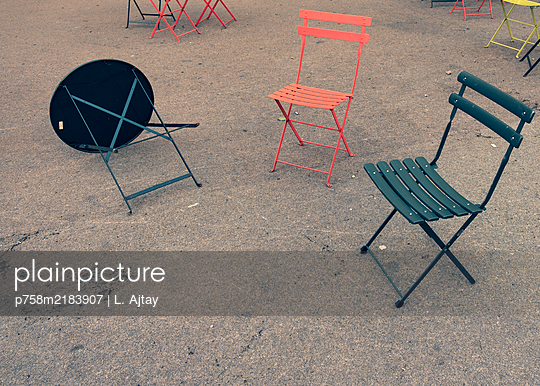 Empty chairs and an overturned table, Herald Square, Manhattan, New York - p758m2183907 by L. Ajtay