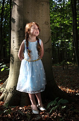 Little girl in the forest - p045m953739 by Jasmin Sander