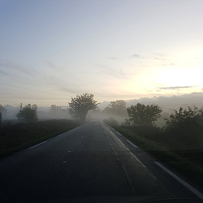 Country road in the morning fog - p1105m2168855 by Virginie Plauchut
