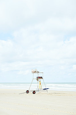 Lifeguard tower on beach - p1312m1502226 by Axel Killian
