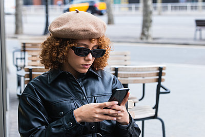 Barcelona, Spain. Stylish french woman with curly red hair enjoying the city. Fashion, hair style, redhead, european, young, beauty, technology, bar, restaurant, coffee time, lifestyle - p300m2267190 von NOVELLIMAGE