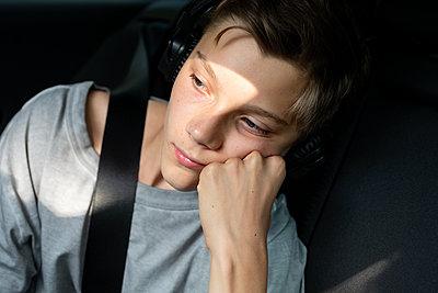 Boy in car looking away - p312m2145898 by Susanne Kronholm