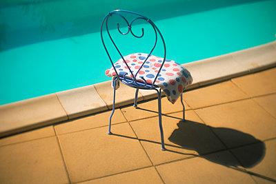 Stuhl am Pool - p567m1515829 von Alexis Bastin