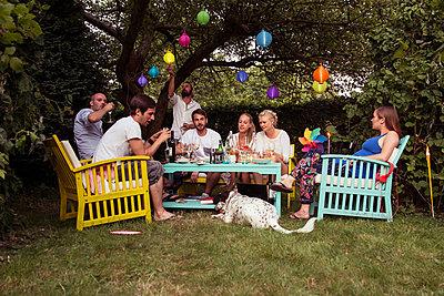 Gartenparty - p788m823830 von Lisa Krechting