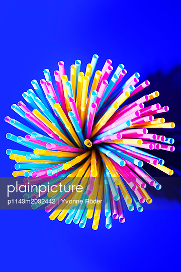 Drinking straws made of plastic - p1149m2092442 by Yvonne Röder