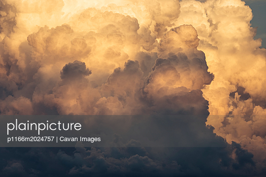 Scenic view of cloudy sky during sunset - p1166m2024757 by Cavan Images