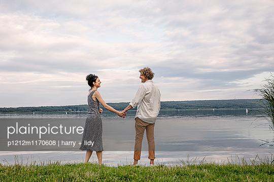 Paar am See - p1212m1170608 von harry + lidy
